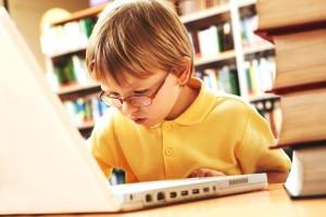 школьник в интернете