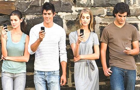 люди с мобильными